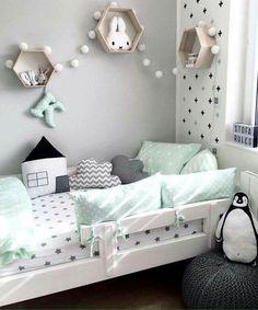 Grau-grünes Kinderzimmer. Tolle Girlanden und viele Kissen und Deko.