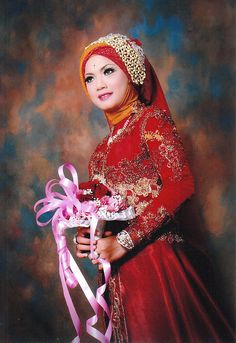 gaun pengantin muslim berwana merah