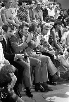 """JOHNNY HALLYDAY ET ANTOINE A L'EMISSION """"AGE TENDRE ET TETE DE BOIS"""", 1965 - La galerie photo ParisMatch.com Age Tendre, Johnny Halliday, Vartan Sylvie, France Gall, Idole, Steve Mcqueen, Vintage Men, Boss, Teen"""