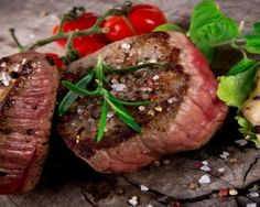 That sizzling sound of seasoned steak on a hot skillet will get mouths watering. Peppercorn is the perfect pepper to pepper your steak. Steak Braten, Sirloin Steaks, Healthy Dinner Recipes, Low Carb Recipes, Healthy Snacks, Foods High In Zinc, Beef Tenderloin Recipes, Traeger Recipes, Smoker Recipes