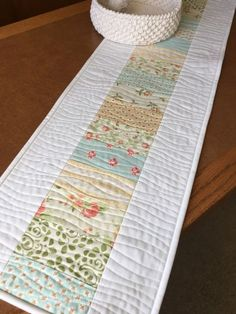 Fresh Dew Drops: Avalon leftovers – a pretty little runner - Patchwork Patchwork Quilt, Patchwork Table Runner, Table Runner And Placemats, Quilted Table Runners, Mini Quilts, Quilted Table Runner Patterns, Quilt Placemats, Patchwork Ideas, Lap Quilts