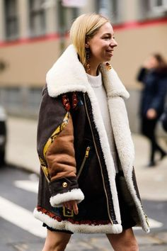 Street Style New York Fashion Week Fall 2019 - Best Looks at Fashion Week New York Fashion Week Street Style, Cool Street Fashion, Fashion Weeks, Fashion Fashion, Trench Coats, Estilo Street, Sleeveless Outfit, Vogue, Fashion Tips For Women
