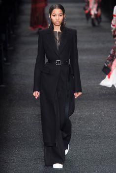 Guarda la sfilata di moda Alexander McQueen a Parigi e scopri la collezione di abiti e accessori per la stagione Collezioni Autunno Inverno 2017-18.