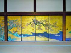 des portes coulissantes magiques avec des peintures d'arbres de rivière et de petits oiseaux