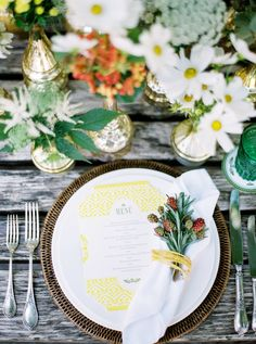 Sommerhochzeit by peachesandmint.com #gaertnereidoll #summerwedding #tablesetting #summerflowers #tabledecoration #rusticchic #summergold #rusticwedding #weddingflowers #floristaustria