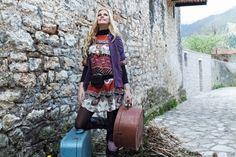 Και αφού η Ελληνική εταιρεία RAXEVSKY ταξίδεψε σε 19 μοναδικούς  προορισμούς ανά τον κόσμο – σαν τους ταξιδευτές που διψούν να γνωρίσουν πολιτισμούς, αναζητούν εικόνες μαγικές και βρίσκουν ξεχασμένες φυλές έως την άλλη άκρη της γης -  φέτος επέλεξε ως προορισμό μόδας τη χώρα μας.    Πηγή έμπνευσης, λοιπόν, για την νέα χειμερινή collection RAXEVSKY 2012/13 αποτελεί η Ελλάδα.