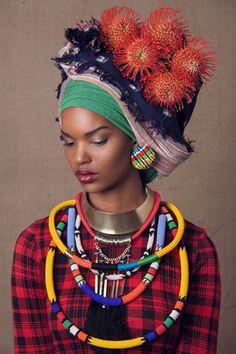 """Stunning: """"The Head Dress""""  La chemise à carreaux avec la coiffe et les colliers"""