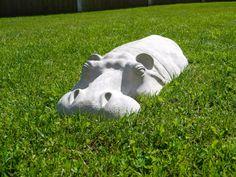 Incroyable grand 27 hippopotame hippopotame, sculpture du jardin. En raison de la fantastique succès et la popularité de mon précédent sculpture jardin Hippo, j'ai décidé de créer une version beaucoup plus grande de l'hippopotame. J'ai sculpté l'hippopotame dans le même style que la plus petite version 17 que je vends afin que les clients précédents peuvent les afficher ensemble. S'il vous plaît voir mes autres annonces pour les plus petits 17 Hippo. Je pense que les sculptures en plein…