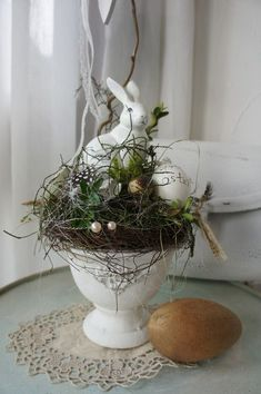 Holiday themed weddings make it simple and fun to create your own party favors. Each holiday may require the use of particular colors, by way of Easter Holiday Home Decor Ideas - Holiday Everyday Hoppy Easter, Easter Eggs, Spring Decoration, Creation Deco, Deco Floral, Easter Holidays, March Holidays, Easter Table, Easter Wreaths