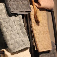 Nyhet på R.O.O.M. Underbara handdukar från Mette Ditmer. Fem olika färger med fint mönster; 35x55cm 85kr, 50x95cm 139kr, 70x133cm 279kr. Finns på R.O.O.M. Täby C. #roombutiken #metteditmer #nyhetpåroom