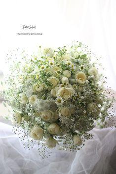 小ぶりのバラに小花を合わせた、ふわふわナチュラルな白いクラッチブーケ。☆装花・ブ...