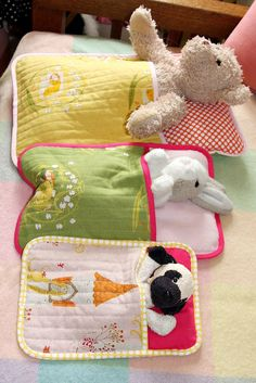 I need to learn to sew ASAP. Sleeping bag for stuffed animals. Sewing Hacks, Sewing Crafts, Sewing Toys, Sewing Ideas, Sewing Tutorials, Bags Sewing, Diy And Crafts, Crafts For Kids, Operation Christmas Child