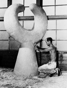 "Isamu Noguchi working on ""MU,"" sculpture for Garden at Shin Banraisha at Keio University, Tokyo, Japan, Isamu Noguchi, Modern Sculpture, Sculpture Art, Bronze Sculpture, Famous Artists, Great Artists, Frida E Diego, Sculptures Céramiques, 3d Studio"