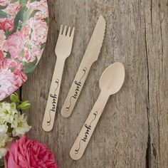 """Mit dem hübschen Holzbesteck Boho Party habt ihr ein dekoratives Accessoire für das Buffet eurer Hochzeit, Gartenparty oder Geburtstagsfeier. Auch für ein nettes Picknick mit Freunden ist das süße Besteckset perfekt. Das Holzbesteck kommt in einem Set mit 6 Messern, 6 Gabeln und 6 Löffeln. Jedes Teil ist ca. 14 cm lang und trägt die Aufschrift """"Yum"""" in einer schön geschwungenen Handschrift."""