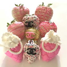 Discover recipes, home ideas, style inspiration and other ideas to try. Chocolate Covered Treats, Chocolate Dipped Strawberries, Mercedes Stern, Mercedes Amg, Tamarindo, Strawberry Box, Chanel Cake, Brunch Party Decorations, Sweet 16 Birthday