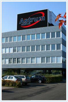 """Entinen Nokian pääkonttori """"Ankkalinna"""" ja sen kyljessä olevat rakennukset toimivat nykyisin Astrum-keskus -nimisenä vilkkaana tapahtumakeitaana, urheilukeskuksena, kouluna, toimistohotellina, museona ja vaikka minä. Tehtaan vanhat tilat on todella otettu haltuun kaupunkilaisten iloksi!"""