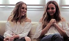 Jerrie ❤️ So cute 💖 Perry Little Mix, Little Mix Jesy, Little Mix Style, Hug Gif, Litte Mix, Mixed Girls, Jesy Nelson, Perrie Edwards, Girl Bands