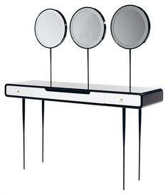 Ekaterina ELIZAROVA ALIEN 3.0 Élégante et grande coiffeuse d'inspiration néoclassique, grande table de beauté surmontée de trois hauts miroirs pivotants, piètement quadripode fuselé et tiges soutenant les miroirs en métal laqué noir, caisson et miroirs en bois laqué noir, façade s'ouvrant par trois tiroirs en bois laqué blanc. Haut. plateau 77 cm - Haut. totale 144 cm - Long. 140 cm - Larg. 41 cm