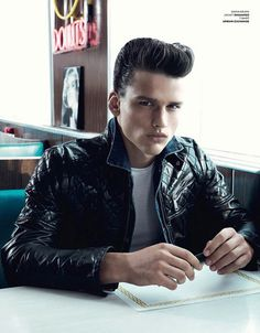 The rockabilly styles have quickly become a very popular men's hairstyle trend. The style includes the pompadour and the slicked back greaser look guys seem to be loving. Check out these rocking hairstyles! Greaser Guys, Greaser Hair, Greaser Style, Simon Nessman, Rockabilly Moda, Rockabilly Pin Up, Rockabilly Fashion, Rockabilly Hairstyle, Modern Pompadour