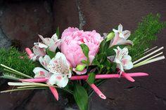 http://holmsundsblommor.blogspot.se/2013/06/tips-med-pinnar.html Pion och alströmeria
