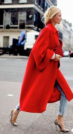STYLE: THE WINTER COAT No matter what you wear under an oversized red coat. your outfit will alway make a powerful statement. No matter what you wear under an oversized red coat. your outfit will alway make a powerful statement. Look Fashion, Autumn Fashion, Fashion Outfits, Womens Fashion, Fashion Trends, Fashion Coat, Net Fashion, Dress Fashion, Street Fashion