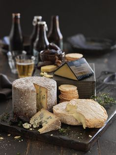 Fun With a Wine & Cheese Party – Drinks Paradise Fromage Cheese, Queso Cheese, Wine Cheese, Cheese Food, Charcuterie, Good Food, Yummy Food, Healthy Food, Cheese Party