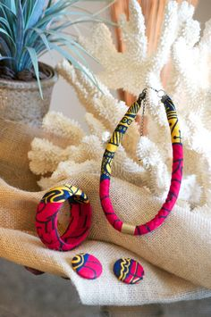 Ankara/ African Wax Print Tribal Jewelry Set by MontoyaMayo Diy African Jewelry, African Accessories, African Earrings, Textile Jewelry, Fabric Jewelry, Tribal Jewelry, Fabric Bracelets, Fabric Earrings, Bracelet Nautique