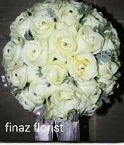 Bunga Tangan ini biasanya dibuat untuk Bunga Lempar pengantin. Kami Toko Bunga Finaz, TOKO BUNGA MURAH memberikan contoh dengan bahan Mawar Putih jenis Holand.