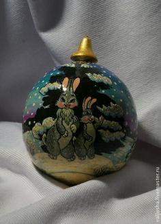 Елочный шар `Зайчишки`. Работа мастера Виктории Кореневой. Волшебный новогодний елочный шар ручной работы наполнит Ваш дом теплом и сказкой в Новогоднюю ночь! Может послужить прекрасным подарком Вашим близким как на Рождество, так и на Новый год.
