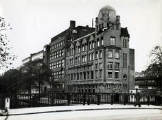 1935 - 1940. View on the Nieuwe Achtergracht with gebouw Concordia. The Concordia building was built in 1923 by architects Staal en Oesterman, replacing an art nouveau-building from architect Harry Elte built in 1911. Photo Serc. #amsterdam #1940 #NieuweAchtergracht #Concordia