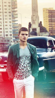 Man wearing white pants, green jacket, white and grey t-shirt, walking in the city streets Sharp Dressed Man, Well Dressed Men, Mens Fashion Blog, Best Mens Fashion, Fashion Tips, Men's Fashion, Stylish Men, Men Casual, Blazers