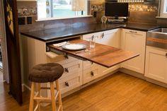 Az alábbi ötletekből nagyobb alapterületű konyhák is profitálhatnak, de a kis konyhákban fontos igazán, hogy minden trükköt bevessünk - térnövelés vizuálisan, praktikus helykihasználás, világos, kényelmes kialakítás stb. 12 hasznos tipp, melyek segíthetnek megtervezni a tökéletes konyhát...