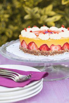 Veganer Sommertraum: Mango-Sahne-Torte mit Erdbeeren (vegan)  | Zeit: 1 Std. | http://eatsmarter.de/rezepte/mango-sahne-torte-mit-erdbeeren-vegan
