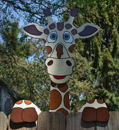 Deze schattige Giraffe hek peeker zult zeker vermaken van u en uw buren, elke keer als je kijkt naar hem. Kinderen zullen met name hou van het zien van een favoriete dierentuin dieren in hun eigen achtertuin! Past standaard hekken, maar hebt u een uit standaard omheining op maat kan
