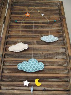 Mobile de nuages bleus et écru avec étoiles et lune en tissu et feutrine