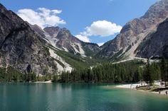 Der Pragser Wildsee - ein in tiefstem Blau leuchtender Bergseevor traumhafter Alpenkulissein den Dolomiten. Undeine Perle der Natur.