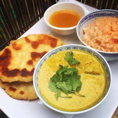 """Dnes jsem si vybrala jídlo ze severní části Indie – Korma. Název v podstatě není žádné jídlo, ale označuje výraz samotného """"dušení"""". Do tohoto lahodného pokrmu neodmyslitelně patří kokosové mléko, spousta kurkumy, zázvoru, česneku a také... #indické #korma #kuřecí"""
