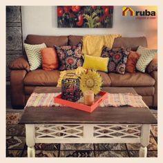 Si lo tuyo son los colores calidos esta opción es la ideal #HabitaciónRuba Pierdele el miedo al naranja, amarillo y rojo y aprende a combinarlos con estos ejemplos http://casaydiseno.com/sala-de-estar/colores-calidos-para-el-salon-50-ideas-impresionantes.html