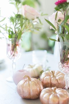 I love the timeless look of copper. In the past, I have incorporated it into a few tablescapes, but have noticed a new classic popping up of late - rose gold. Rose gold is like a modern take. Metal Pumpkins, Pink Pumpkins, Painted Pumpkins, Fall Pumpkins, Gold Centerpieces, Pumpkin Centerpieces, Pumpkin Decorations, Pumpkin Bouquet, Rose Gold Accessories