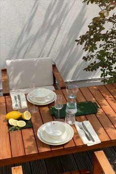 ... mit dieser bezaubernden Farbkombi aus Waldgrün, Baumwollweiß und Teak. Tisch und Stühle der BK-Serie von Bodil Kjær für Carl Hansen, Teema Geschirr von Kaj Franck für iittala, Tabletts von Kaymet.