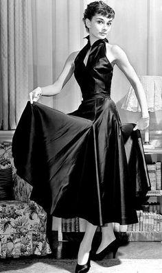 Audrey Hepburn en robe et escarpins de soie noire http://tmblr.co/ZuRDds17Kp7Xa