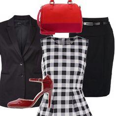La camicetta a scacchi si indossa sulla gonna nera a tubino e sotto la giacca, gli accessori giocano con il rosso, le scarpe lucide con il tacco alto e il cinturino, e la borsa a mano: perfetta in ufficio o a passeggio.
