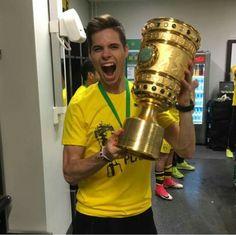 Jule #Weigl #Pokalsieger2017 #EchteLiebe #BVB Julian Weigl, You Hurt Me, Football Is Life, Hot, Bees, Passion, Hs Sports, Borussia Dortmund, German