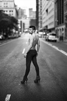 El Manhattan despejado de los domingos de postbacanal gay. El fotógrafo Richard Renaldi muestra en 'Domingo de Manhattan' el espacio urbano casi vacío en el que posan los 'queer' de los 'after hours'.  José Angel González | 20 Minutos, 2017-01-31 http://www.20minutos.es/noticia/2943612/0/richard-renaldi-manhattan-domingo-fotografia-gay/