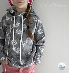 Juten Tach meine lieben Nähuschis, heute nähen wir einen Pullover. Mit Kapuze und Fake Kordeln. 😉 Warum Fake Kordeln? Es gibt – in der Tat – Kindergärten, die verbieten Loops und auch Kordeln an Kinderkleidung, wegen der Gefahr des erwürgen. Kann man verstehen, muss man aber nicht. Man kann sich auch darüber aufregen, oder man …