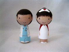 Una enfermera se casa con un pastel de cumpleaños de la muñeca Doctor Kokeshi Peg