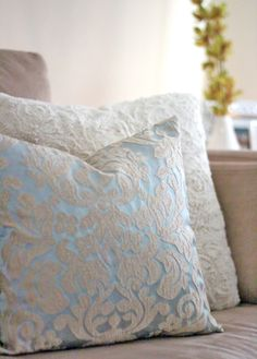 diy throw pillows, love the color and pattern! Diy Throw Pillows, Diy Pillow Covers, Decorative Pillows, Home Crafts, Diy Home Decor, Sewing Projects, Diy Projects, Diy Envelope, Back Pillow