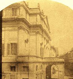 Questa foto della Scala del 1859, apparentemente uguale a tante altre, mostra molti particolari diversi dall'oggi, ma soprattutto mostra di profilo il grande tetto spiovente di S. Maria del Giardino | da Milàn l'era inscì