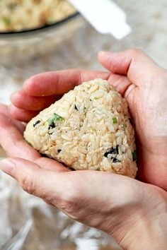 Tuna and Sesame Omusubi - Rice balls are the perfect healthy snack to take to work or for your kids to take to school. They are easy to make, are very nutritious and so delicious! Recipe, Japanese food, rice balls, snack, onigiri | pickledplum.com http://amzn.to/2tn28F4