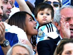 Wife and son of Messi in the match Argentina vs. Switzerland